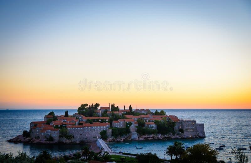 Por do sol na ilha de Sveti Stefan em Montenegro, Balcãs, mar de adriático foto de stock