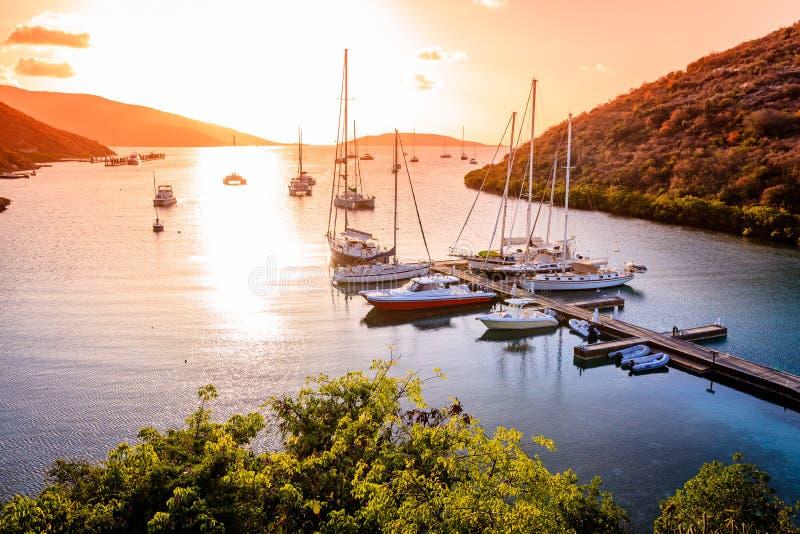 Por do sol na ilha tropical imagem de stock royalty free