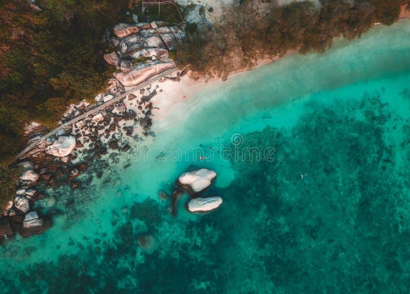Por do sol na ilha tropical Koh Tao em Tailândia fotos de stock royalty free