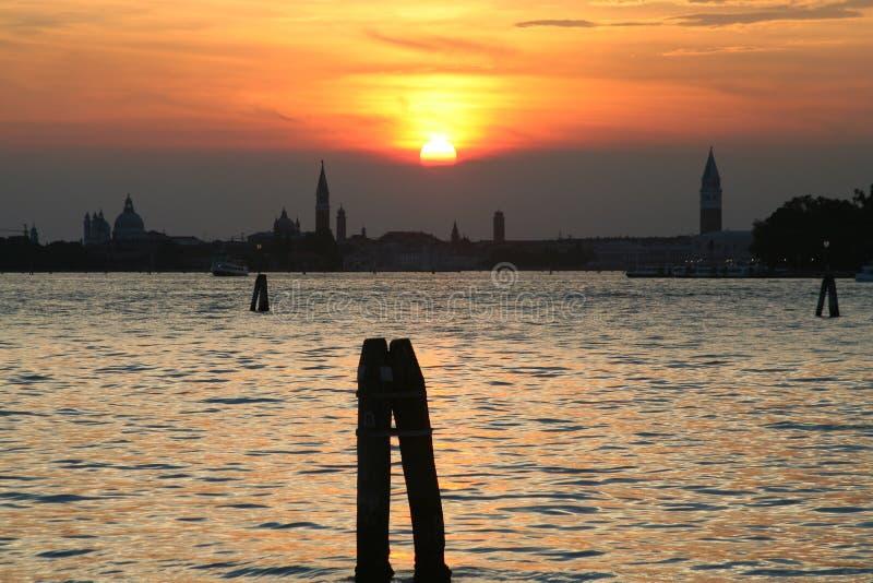 Por do sol na lagoa de Veneza fotografia de stock
