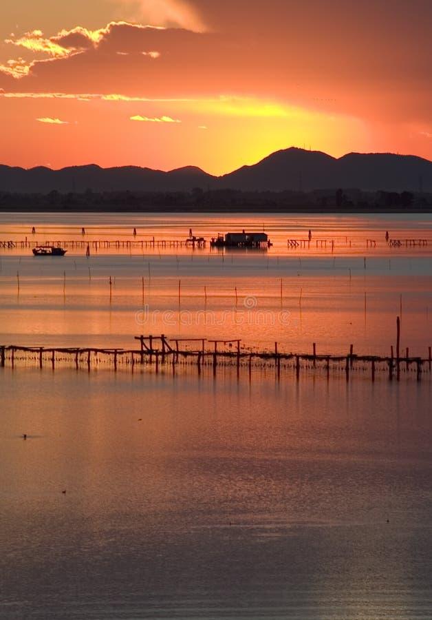 Por do sol na lagoa de Veneza fotos de stock royalty free