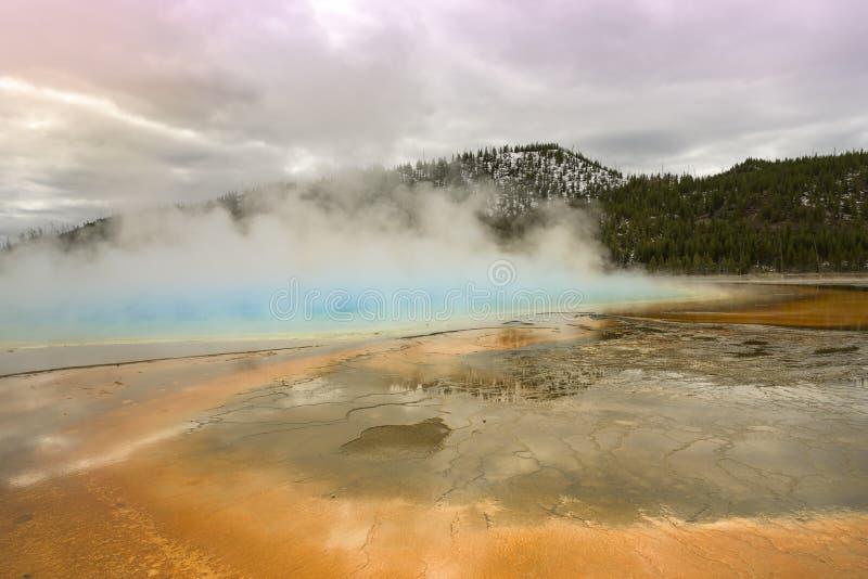 Por do sol na mola prismático grande no parque nacional de Yellowstone fotografia de stock royalty free
