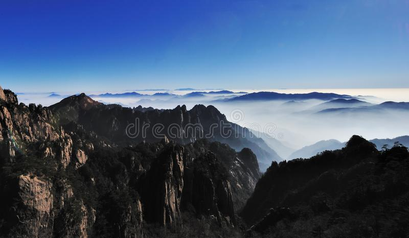 Por do sol na montagem Huangshan fotos de stock royalty free