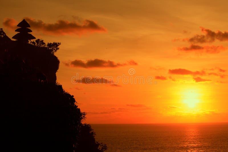 Por do sol na montagem Uluwatu foto de stock