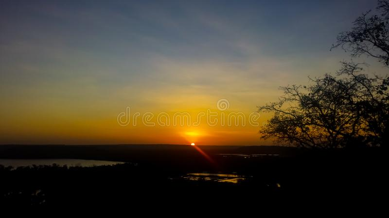 Por do sol na montanha fotos de stock royalty free