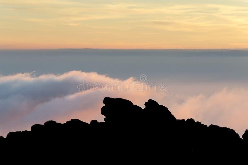Por do sol na montanha imagem de stock
