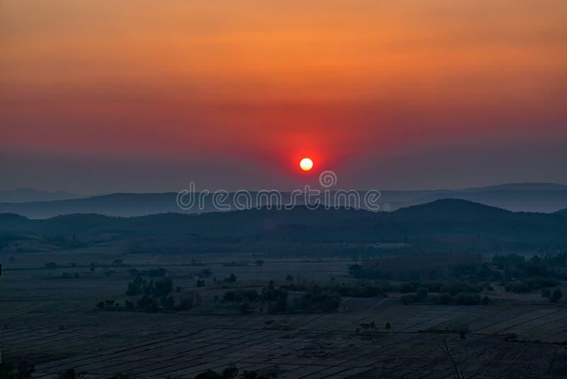 Por do sol na montanha em Chiang Rai, ao norte de Thailan imagem de stock royalty free