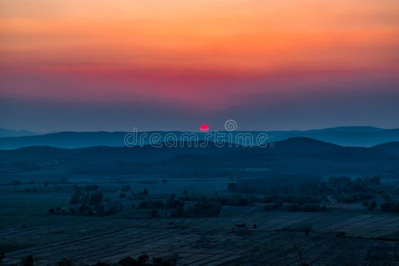 Por do sol na montanha em Chiang Rai, ao norte de Thailan fotografia de stock royalty free