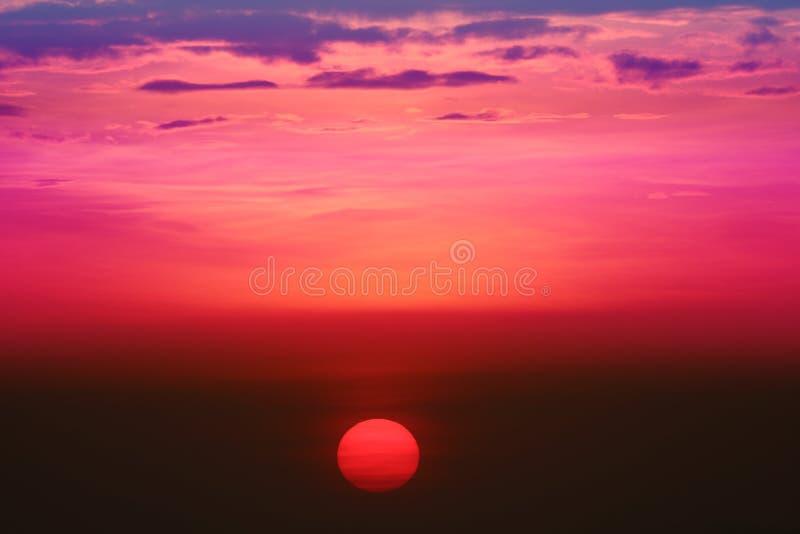 por do sol na nuvem traseira da noite do céu surpreendente sobre a pesca crepuscular no mar imagem de stock
