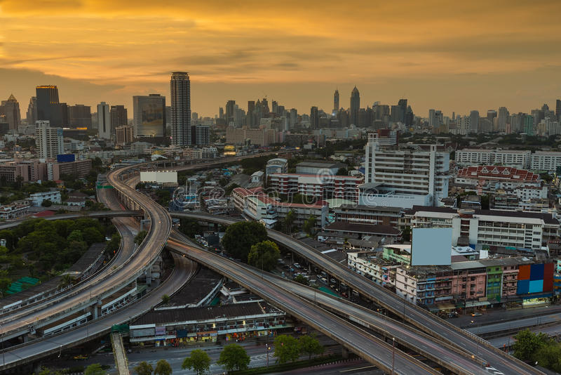 Por do sol na opinião aérea de estrada principal do distrito de Banguecoque fotos de stock