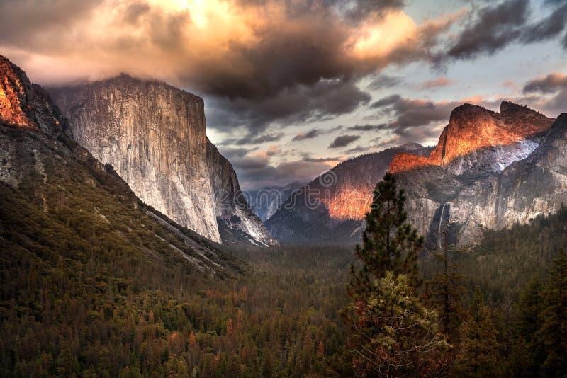 Por do sol na opinião do túnel Yosemite, Ca fotografia de stock