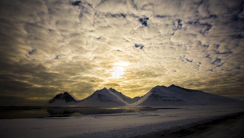 Por do sol na paisagem nevado, Islândia imagens de stock royalty free