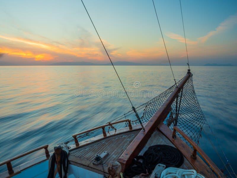 Por do sol na plataforma do veleiro ao cruzar nos Cyclades imagem de stock royalty free