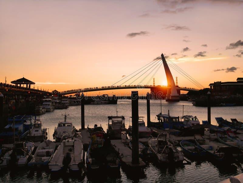 Por do sol na ponte do ` s do amante, Taiwan imagem de stock