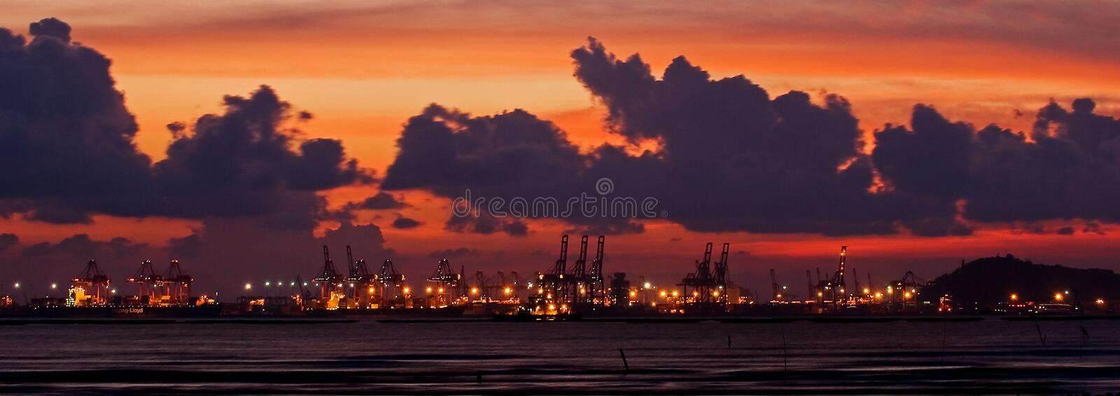 Por do sol na porta de Containrt fotografia de stock royalty free