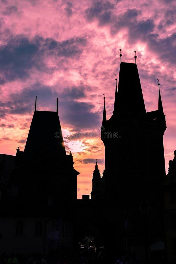 Por do sol na praça da cidade velha, em Praga imagens de stock