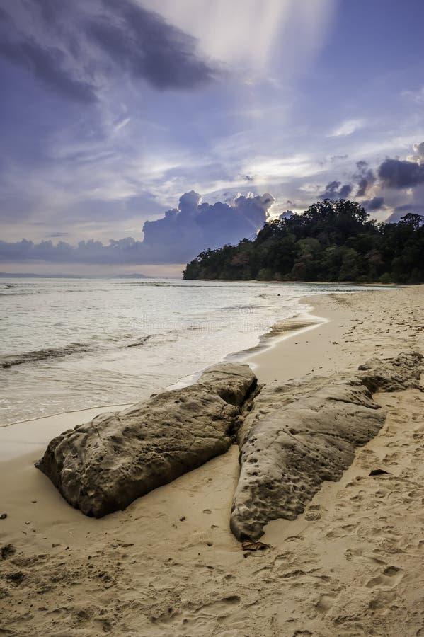 Por do sol na praia, Índia imagem de stock