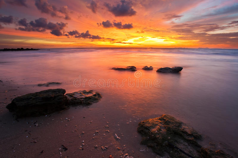 Por do sol na praia foto de stock royalty free