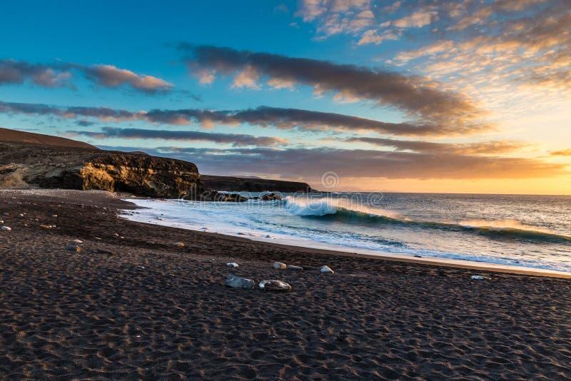 Por do sol na praia-Ajuy, Fuerteventura, Ilhas Canárias, Espanha imagens de stock royalty free