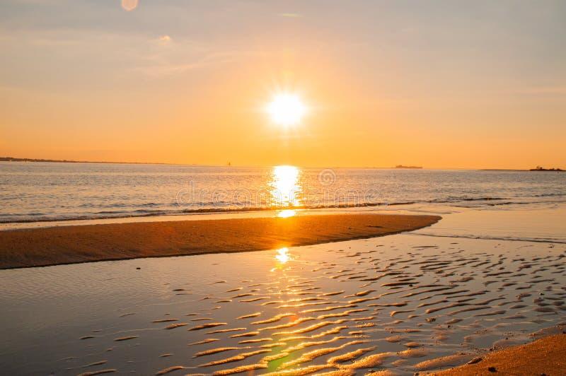 Por do sol na praia com c?u bonito Paisagem de ard?ncia bonita do por do sol no mar fotografia de stock royalty free