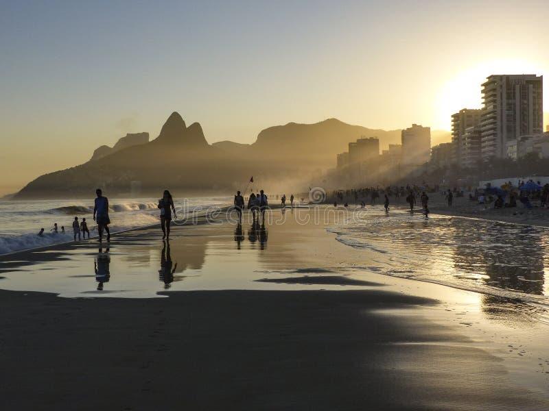 Por do sol na praia do copacabana no Rio fotos de stock