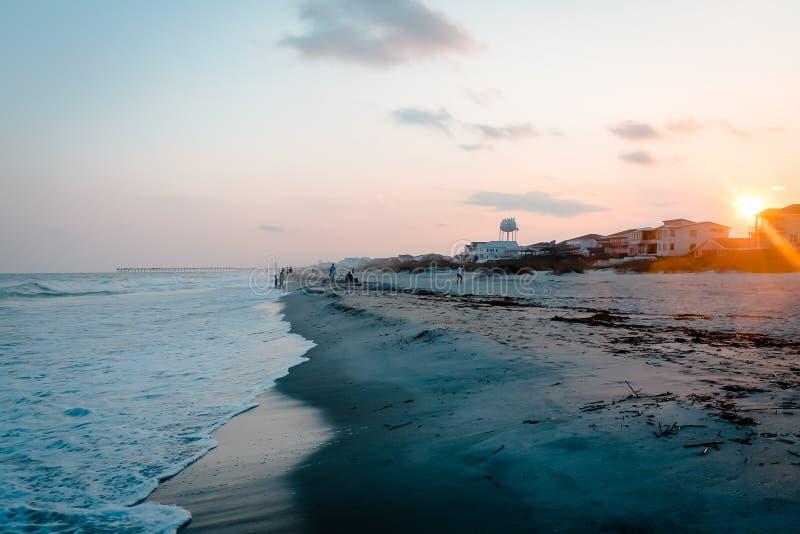 Por do sol na praia da ilha do oceano imagem de stock
