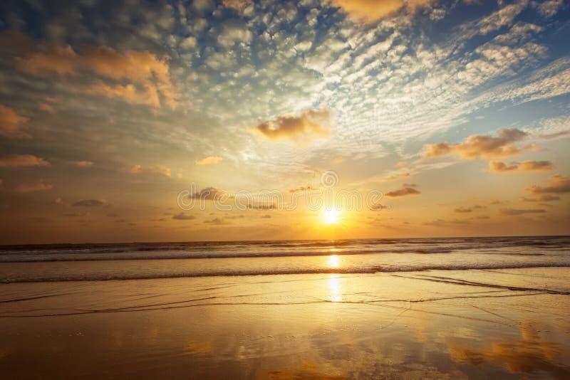 Por do sol na praia de Baga goa fotos de stock