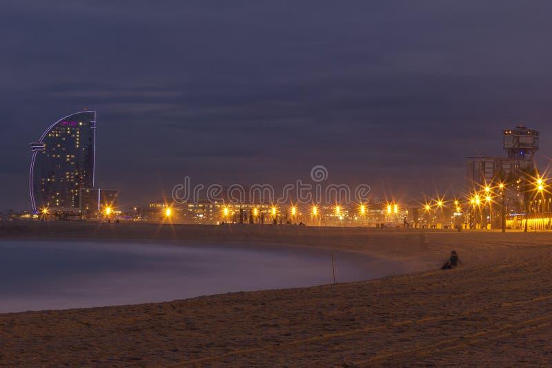 Por do sol na praia de Barceloneta fotos de stock royalty free