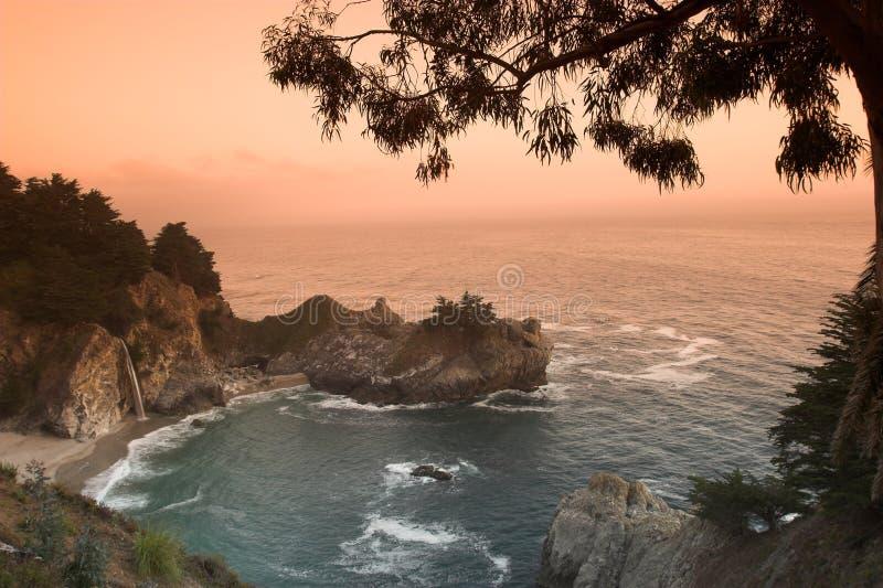 Por do sol na praia de Califórnia fotografia de stock royalty free