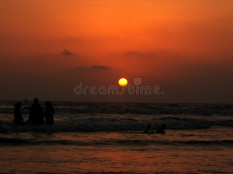 Por do sol na praia de Goa imagens de stock royalty free