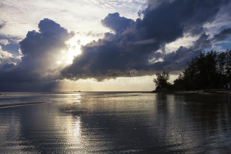 Por do sol na praia de Haad Yoa em Koh Phangan Island, Tailândia fotografia de stock royalty free