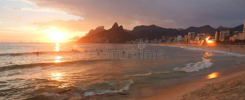 Por do sol na praia de Ipanema imagem de stock