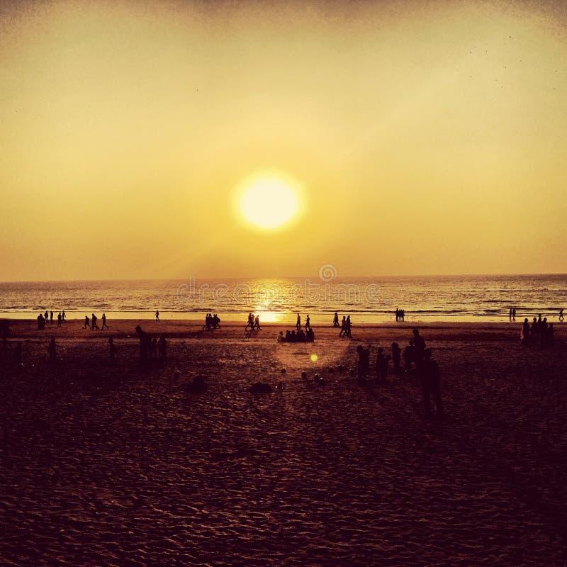 Por do sol na praia de Juhu, Mumbai imagem de stock