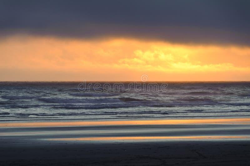 Por do sol na praia de Kalaloch fotos de stock
