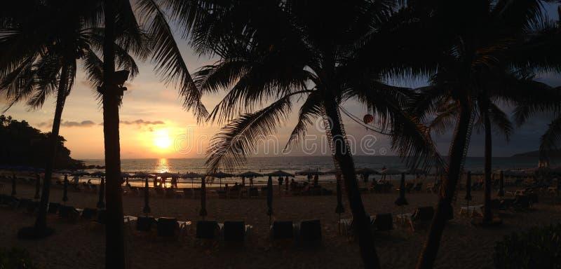 Por do sol na praia de Karon em Phuket Tailândia fotografia de stock