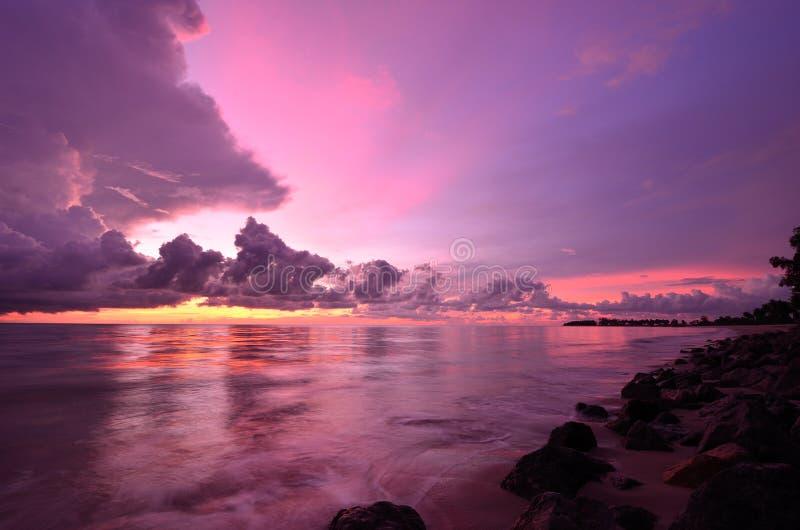 Por do sol na praia de Khao Lak fotografia de stock royalty free