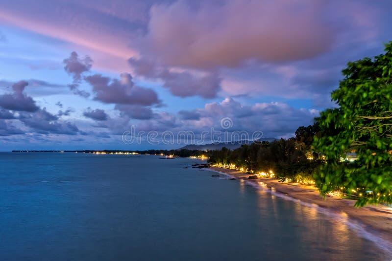 Por do sol na praia de Khao Lak, Tailândia imagens de stock royalty free