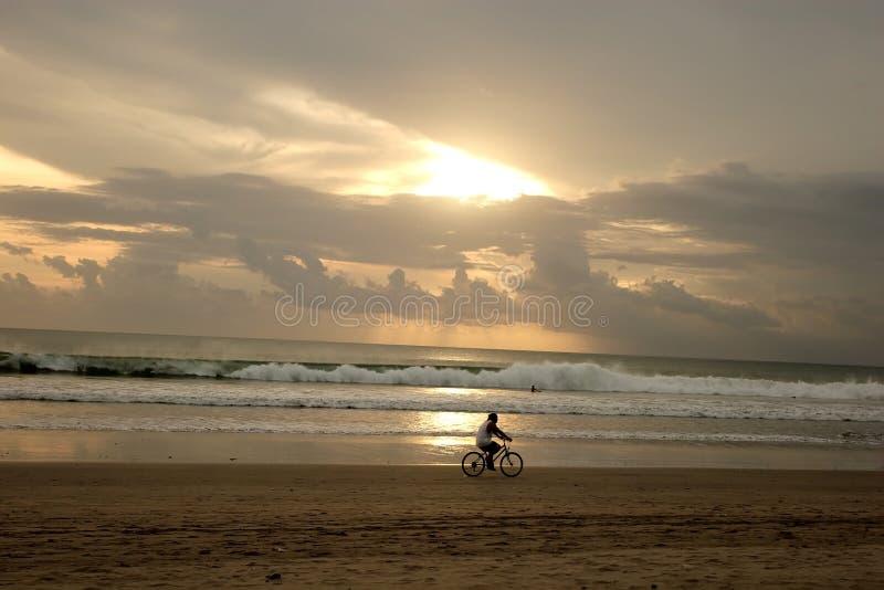 Por do sol na praia de Kuta foto de stock royalty free