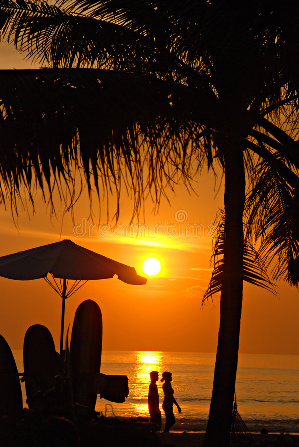 Por do sol na praia de Kuta, Bali imagem de stock royalty free