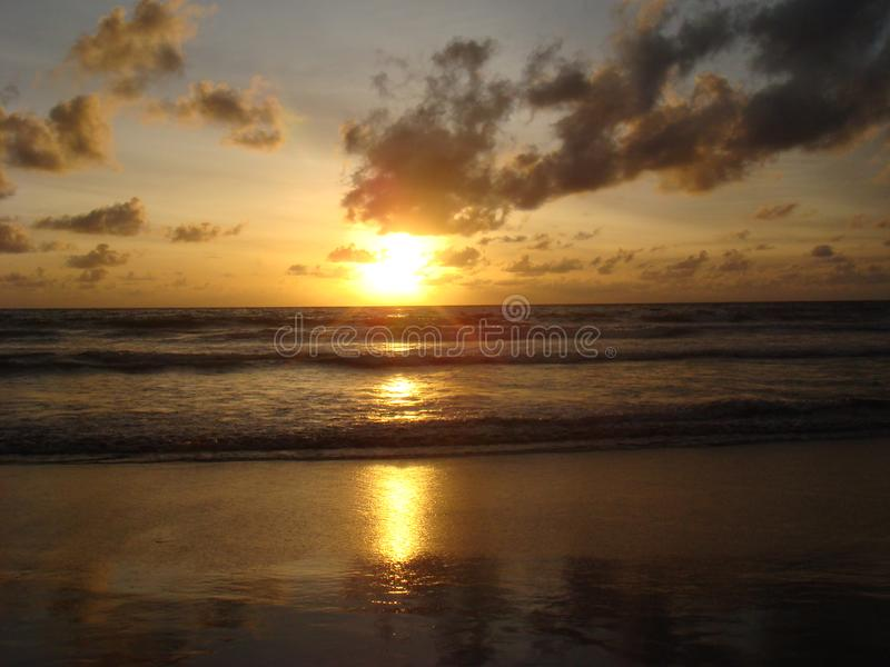 Por do sol na praia de Kuta, ilha de Bali imagem de stock