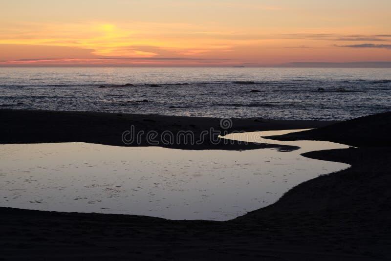 Por do sol na praia de Miramar Granja, Portugal fotografia de stock