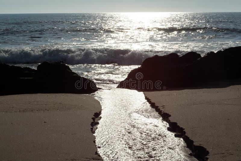 Por do sol na praia de Miramar Granja, Portugal imagem de stock