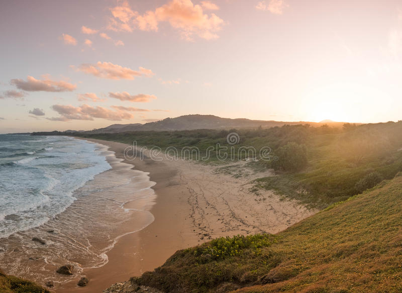 Por do sol na praia de Moonee imagem de stock royalty free
