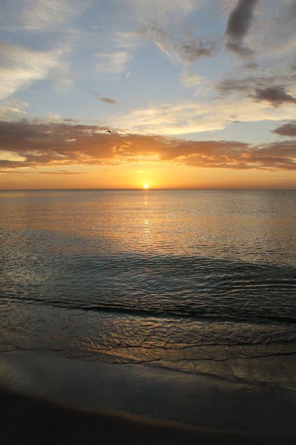 Por do sol na praia de Nápoles fotografia de stock