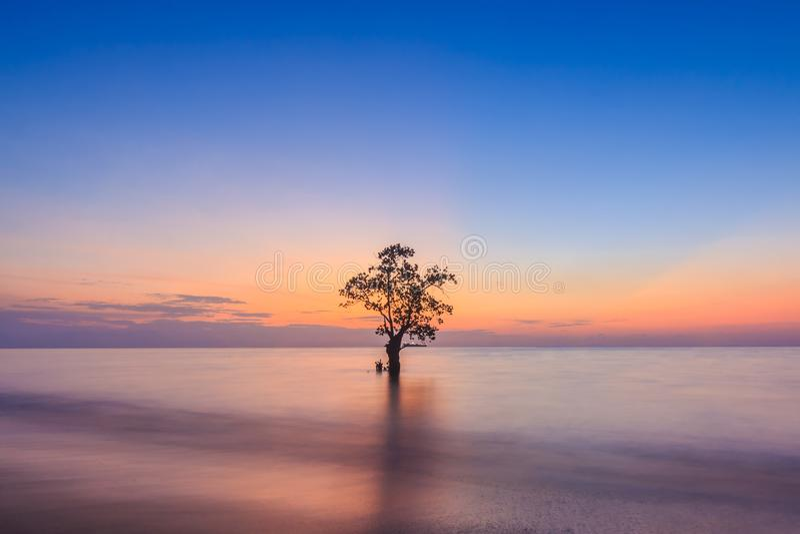 Por do sol na praia de Nirwana, Padang, Sumatera ocidental, Indonésia fotografia de stock royalty free