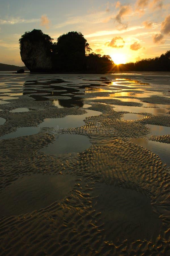 Por do sol na praia de Nopparathara, Krabi, Tailândia. imagem de stock royalty free