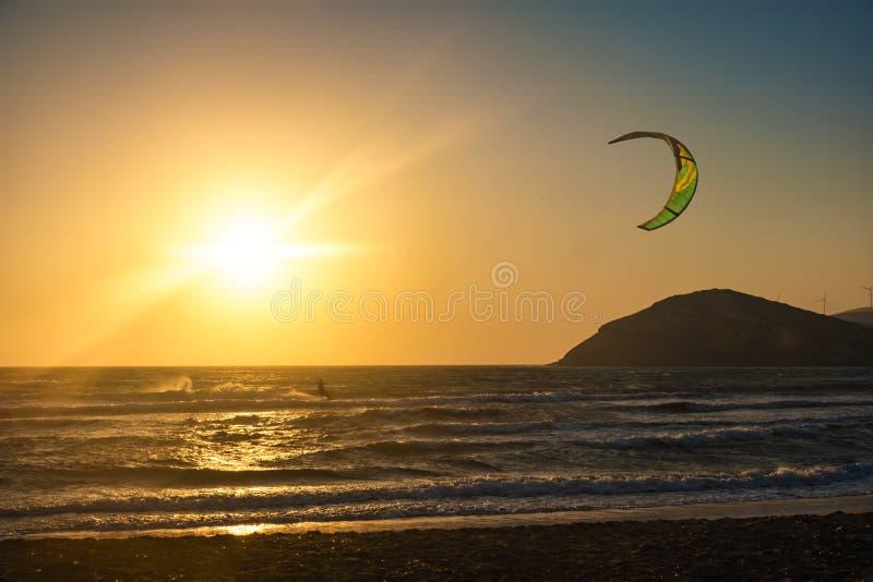 Por do sol na praia de Prasonisi com kitesurfer o Rodes, Grécia imagens de stock