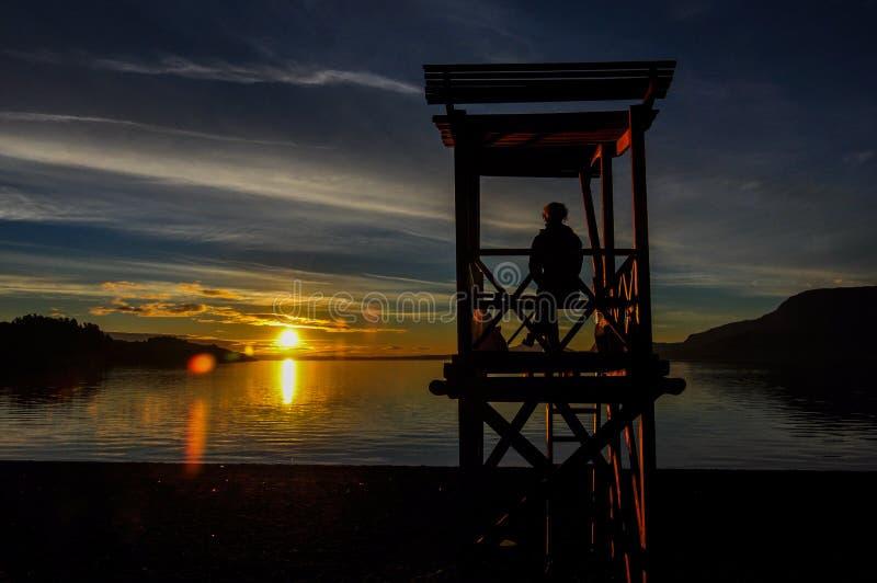 Por do sol na praia de Pucon, o Chile imagens de stock