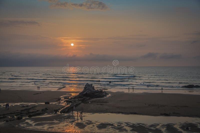 Por do sol na praia de Sopelana em Biscaia imagens de stock royalty free