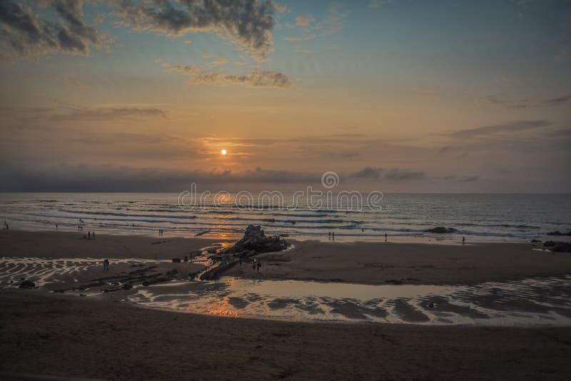 Por do sol na praia de Sopelana em Biscaia imagem de stock